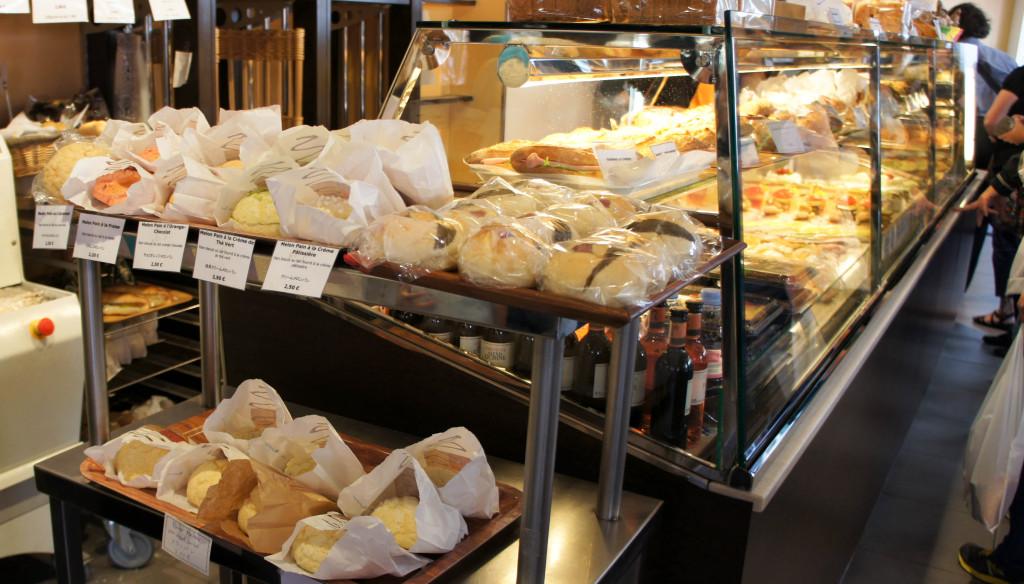 """Les produits ne manquent pas dans la boutique. Au premier plan, des petits pains moelleux, dont un surprenant """"Sakura Pan"""", fourré d'une pâte d'azukis parfumée à la fleur de cerisier."""