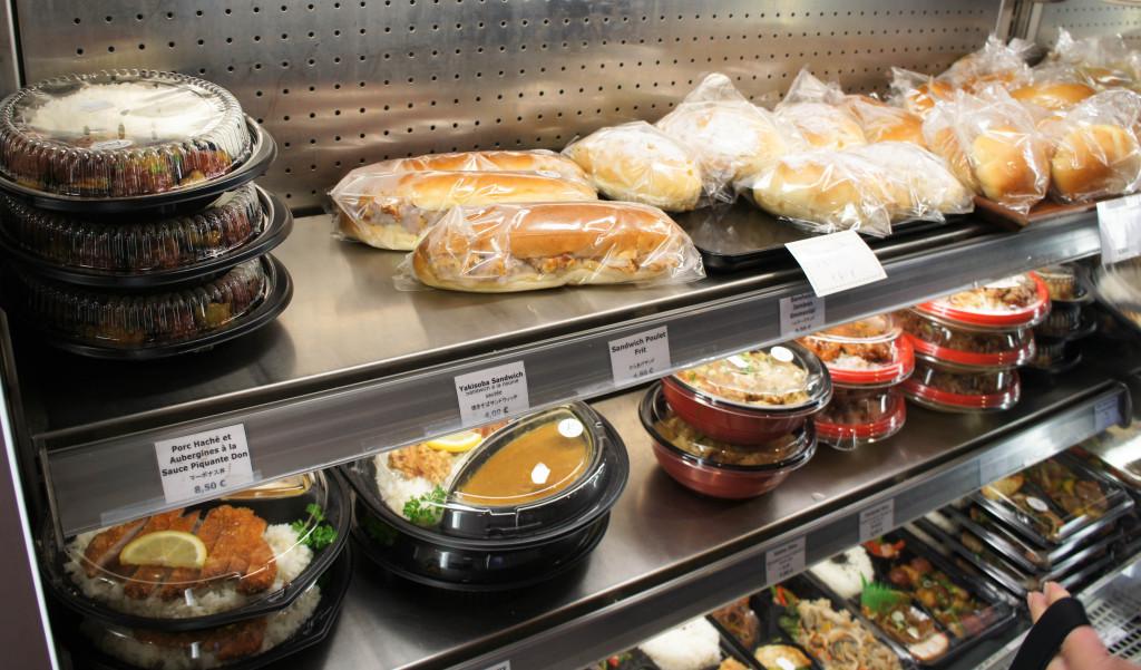 Aki Boulangerie fonctionne principalement à l'heure du déjeuner, avec large choix de plats préparés et sandwiches.