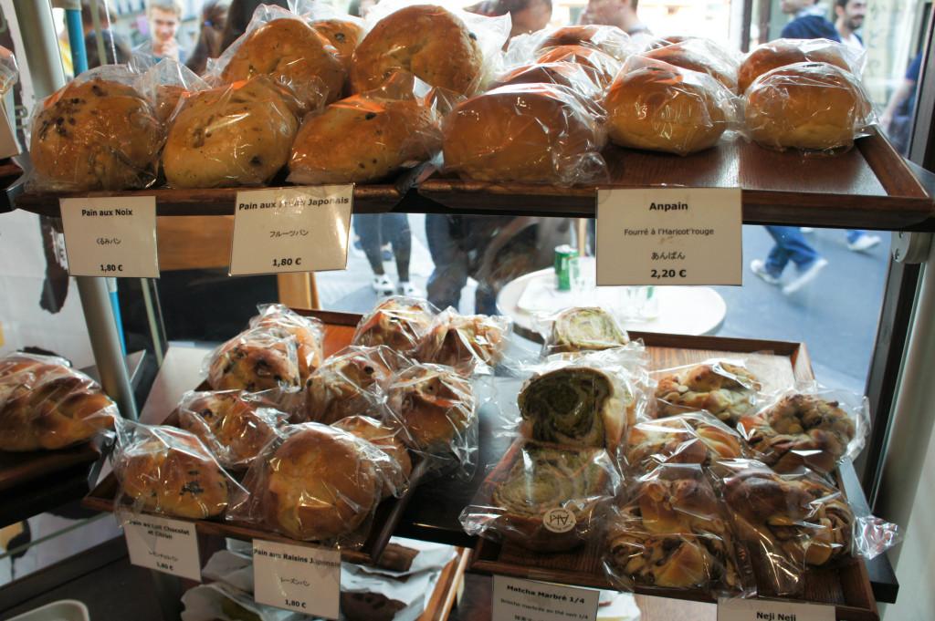 Chez Aki, on trouve de nombreux pains gourmands et moelleux.