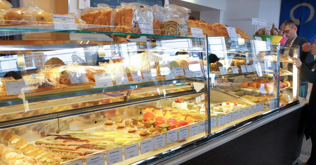 Principal changement cet été, la vitrine de pâtisseries a été remplacée et est à présent bien plus lumineuse.