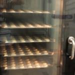 Le laboratoire au sous sol, rue de Clichy, ici un four rempli de coques de macarons