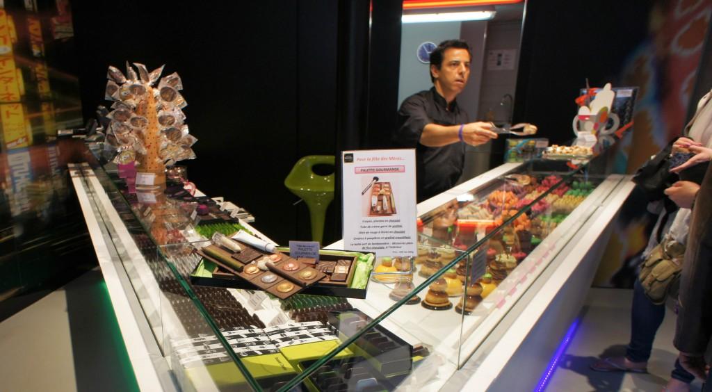 Christophe Roussel assurant le service dans sa boutique de Montmartre à l'occasion de la première édition de cette semaine de pâtisseries