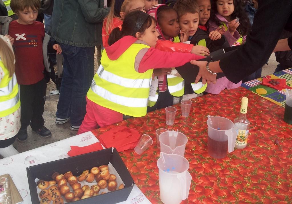 Lors du goûter multicolore organisé dans le cadre de la fête des Vendanges de Montmartre, les enfants avaient pu se régaler de douceurs offertes par les artisans du 18è arrondissement... Une belle occasion de leur transmettre le goût des bons produits.
