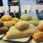Des pains qui ne manquent pas de couleurs... Olive noire, Curry, Menthe, Tomates séchées, les parfums sont variés et on peut malgré tout reconnaître un effort créatif dont beaucoup de boulangers ne font pas preuve.