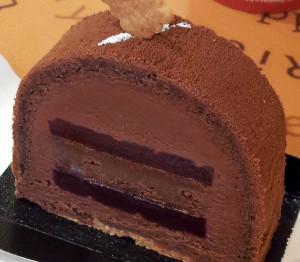 Une part de bûche Murmur de chez Joséphine Bakery. La mousse au chocolat parfumée au thé fruits rouges se révèle très douce et gourmande, accompagnée par la gelée de mûre peu sucrée et légèrement acidulée. La base croustillante au caramel relève l'ensemble.