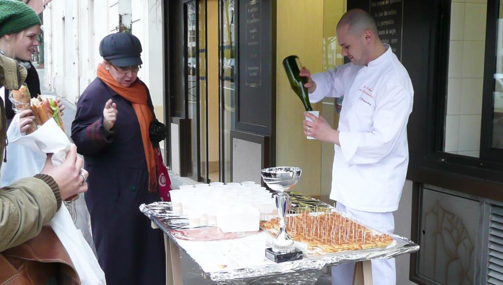 Impossible de ne pas fêter la 13è place obtenue au Concours de la Meilleure Galette aux Amandes d'Île-de-France ! Cela s'est fait dans le partage, puisque les clients étaient invités ce dimanche à déguster la fameuse galette, accompagnée d'un peu de cidre. Une coupe pour fêter la coupe, en somme.