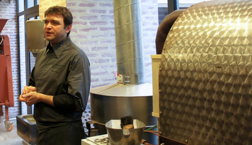 Nicolas Berger devant son torréfacteur, Chocolat Alain Ducasse, Paris 11è