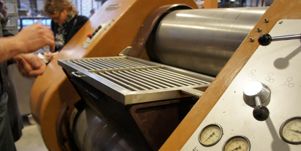 Clin d'oeil amusant : cette machine est de marque Bühler... un constructeur suisse très présent en meunerie !