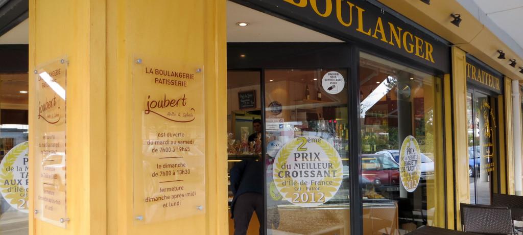 La devanture de la boulangerie Joubert met bien en avant les prix obtenus par la maison... et ses salariés : une bonne façon de les impliquer dans une démarche qualitative.