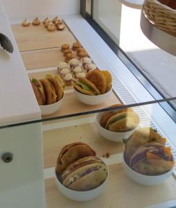 Dans la vitrine donnant sur la rue, on peut se laisser tenter par les bouchées sucrées ou bien par les focaccia 100% maison - pain y compris.