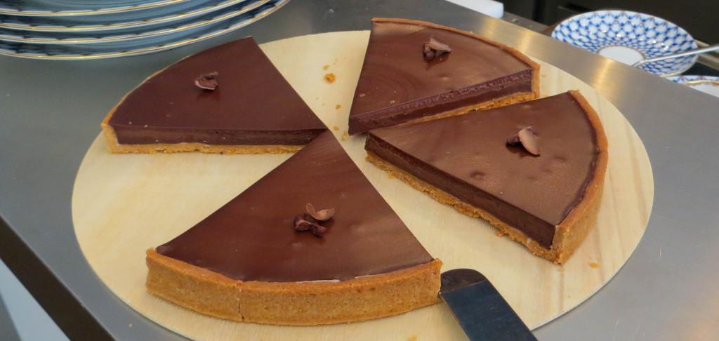 La gourmande tarte au chocolat et sa ganache travaillée à partir de couvertures de chez Claudio Corallo.