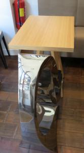 Impossible de passer à côté de la fantaisie des créateurs du lieu, qui n'ont pas hésité à faire cohabiter fauteuils futuristes et tables en bois !