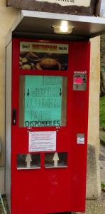 La fameuse machine Distripain, à l'extérieur de la boutique. Un dispositif original... et un peu artisanal.