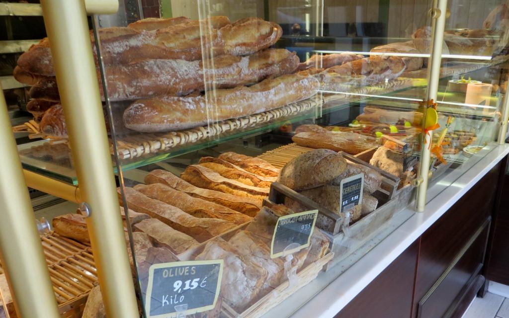 Les déclinaisons de pains. En fond, le fournil.