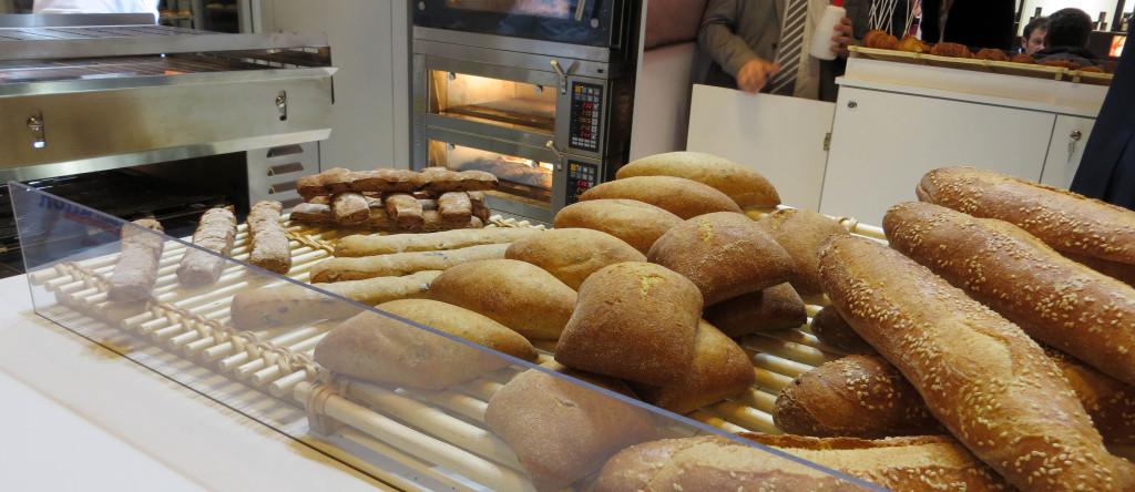 """Sur le stand Château Blanc, filiale du groupe Holder, on retrouve des pains proposés en boutique Paul (benoiton, pains aromatiques). Qui a dit """"maison de qualité"""" ?"""