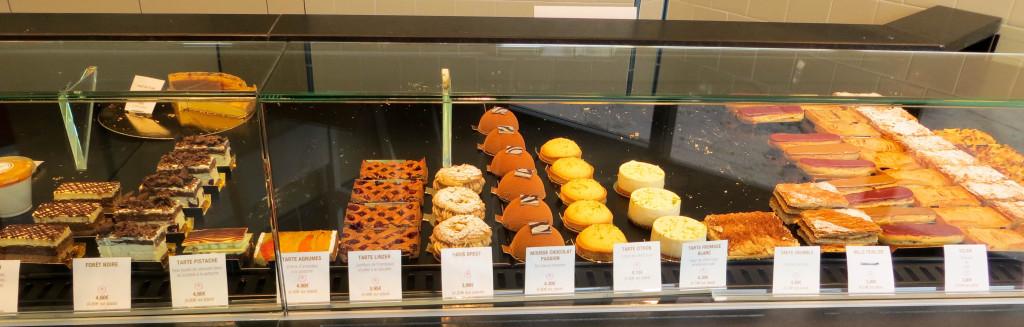 """Une forêt noire, des éclairs, ... la gamme de pâtisseries développée chez Gontran Cherrier à Saint-Germain-en-Laye répond à la demande de """"classiques"""" dictée par la clientèle locale."""