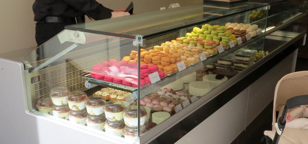 Tiramisus, tartes, cheesecakes, macarons... La vitrine propose de nombreux choix.