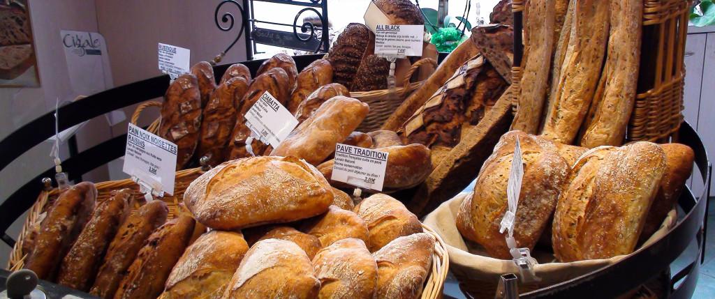 """Un élément central de la boutique : la """"roue à pains"""", où sont mis en valeur les produits : pain des Gaults (mélange de froment et de seigle sur levain), ciabatta, pains aux fruits secs, pavés de Tradition..."""