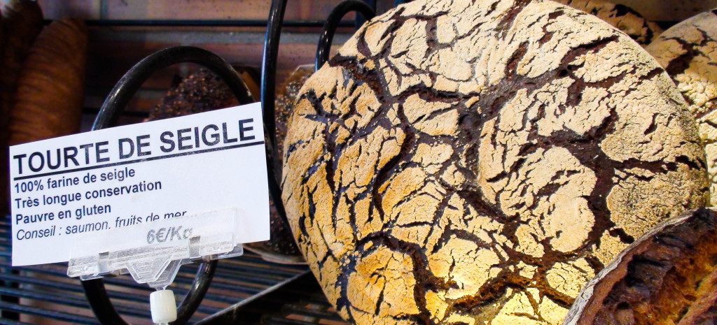 La tourte de Seigle reste pour moi un pain toujours impressionnant... On notera le bel effort de la maison, qui rédige des étiquettes détaillées sur ses produits, avec des conseils de dégustation.