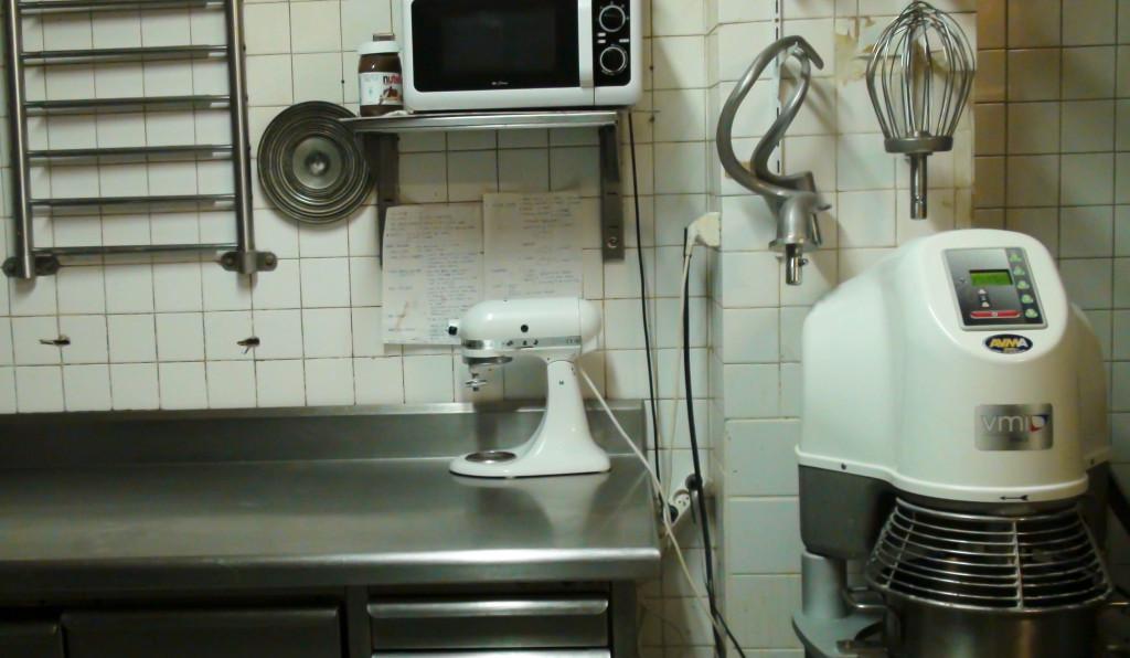 Dans le laboratoire de pâtisserie, une grande partie des équipements ont été renouvelés. Ainsi, le batteur est neuf.