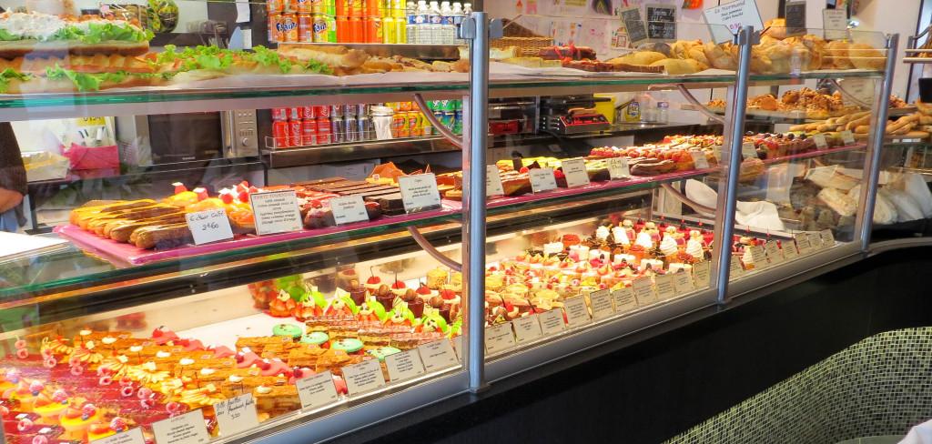 Une vitrine colorée et bien remplie... Chez Romaric, les pâtisseries sont à l'honneur, et ce tout particulièrement le week-end.