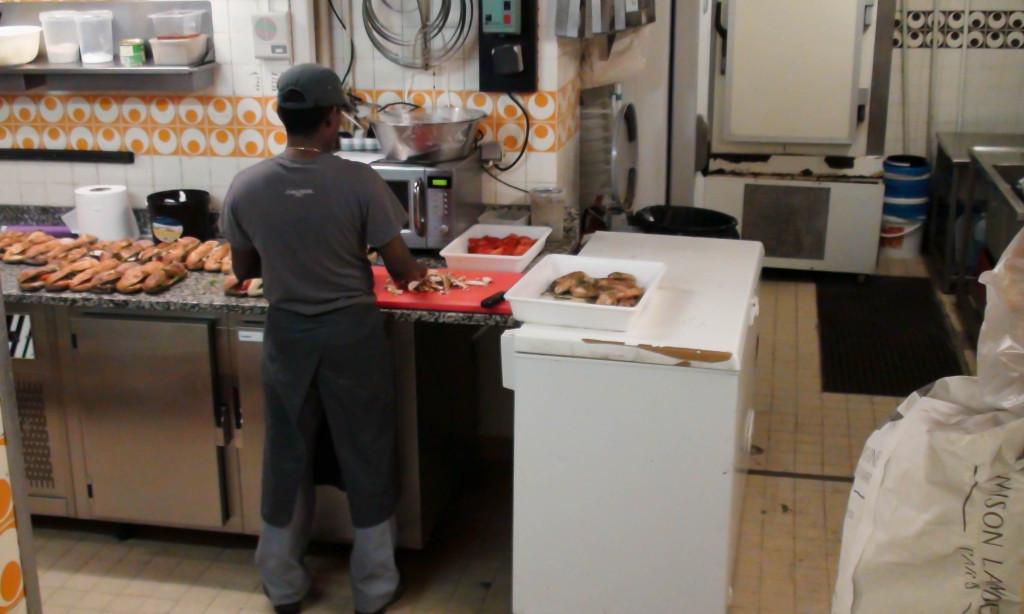 Au sous-sol, on s'active pour préparer les sandwiches du service de midi.