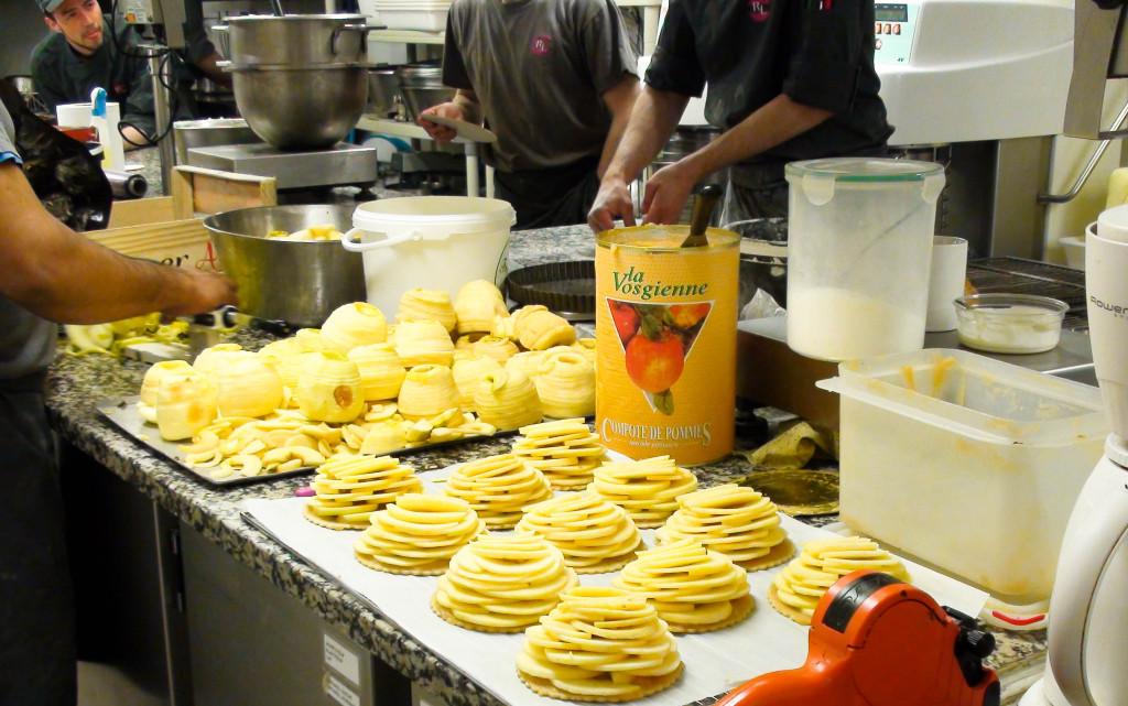 La quantité de pommes nécessaire pour réaliser les tartes fines est impressionnante : avant cuisson, le volume est important... puis réduit considérablement.