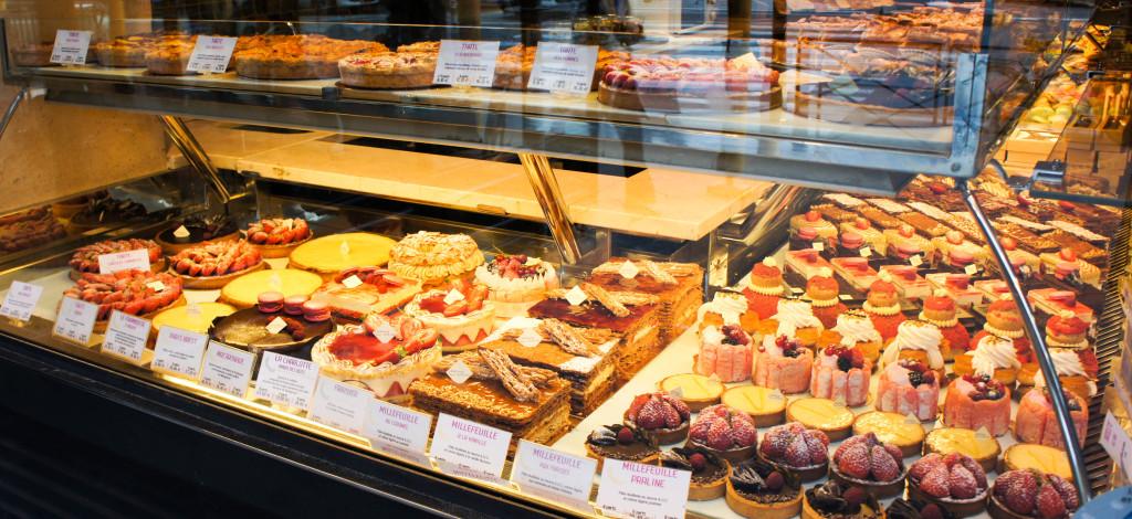 Depuis l'extérieur, impossible de manquer les pâtisseries, avec notamment les déclinaisons de millefeuilles, de tartes et autres gourmandises... Ainsi commence notre relation avec cette boulangerie, ainsi a commencé la carrière de Dominique Saibron. Un parallèle saisissant.