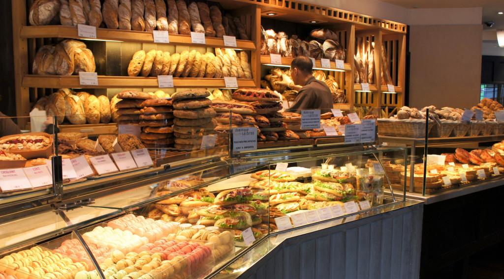 """L'expression pure du """"style Saibron"""" : des produits nombreux et empilés, pour susciter la gourmandise. Macarons, cakes, sandwiches, salades, ... Rien ne manque."""