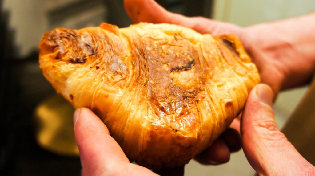 """Ici, tout est cuit au four à sole, y compris les macarons : Dominique Saibron a fait ce choix dès son installation. Ainsi, on obtient des croissants et viennoiseries bien """"charpentés"""", à la sole marquée."""