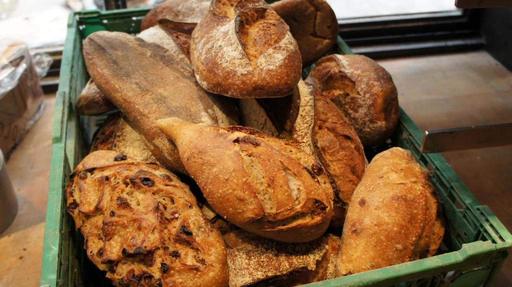 Pain aux raisins, aux figues, à l'épeautre... Ici, nous avons un aperçu anarchique de la gamme de pains Biologiques de Dominique Saibron.