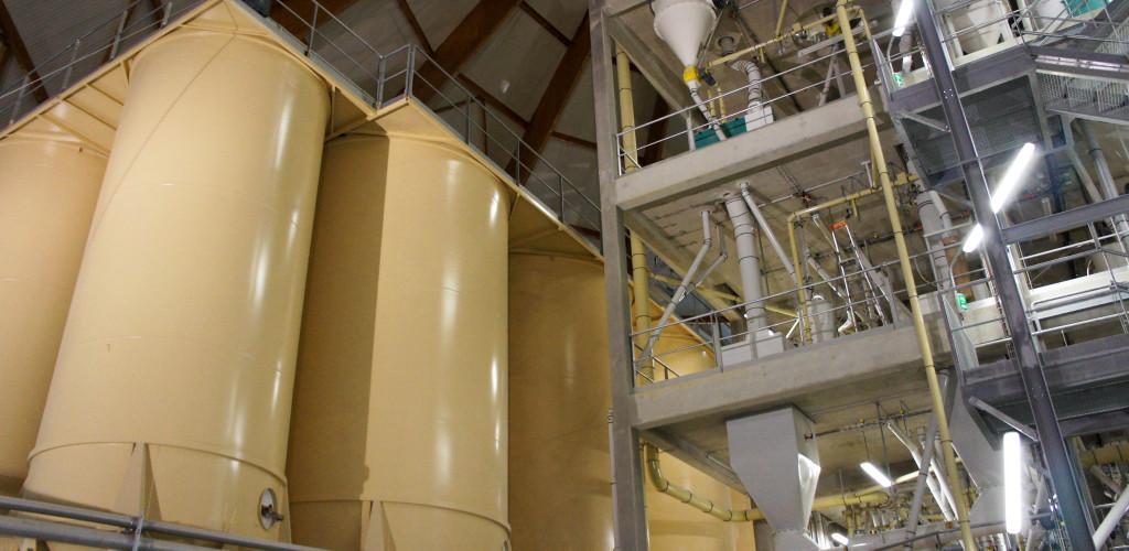 Ici, pas de cloison : les silos côtoient directement le coeur du moulin, où l'on peut voir les différents étages d'un seul coup d'oeil.