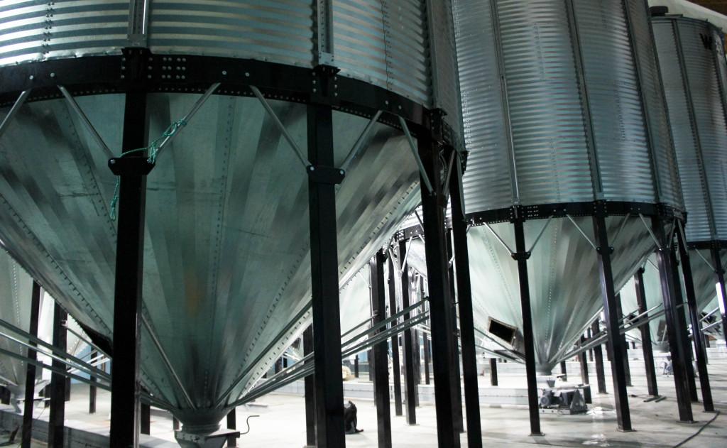 Face aux besoins croissants en terme de stockage (différentes variétés de céréales, mélanges toujours plus nombreux...), de nouveaux silos sont en cours de mise en place au sein du moulin.