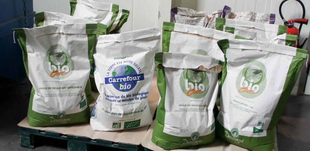 Carrefour dispose de sacs de farine bien différenciés, identifiant ainsi un mélange spécifique développé pour le distributeur.