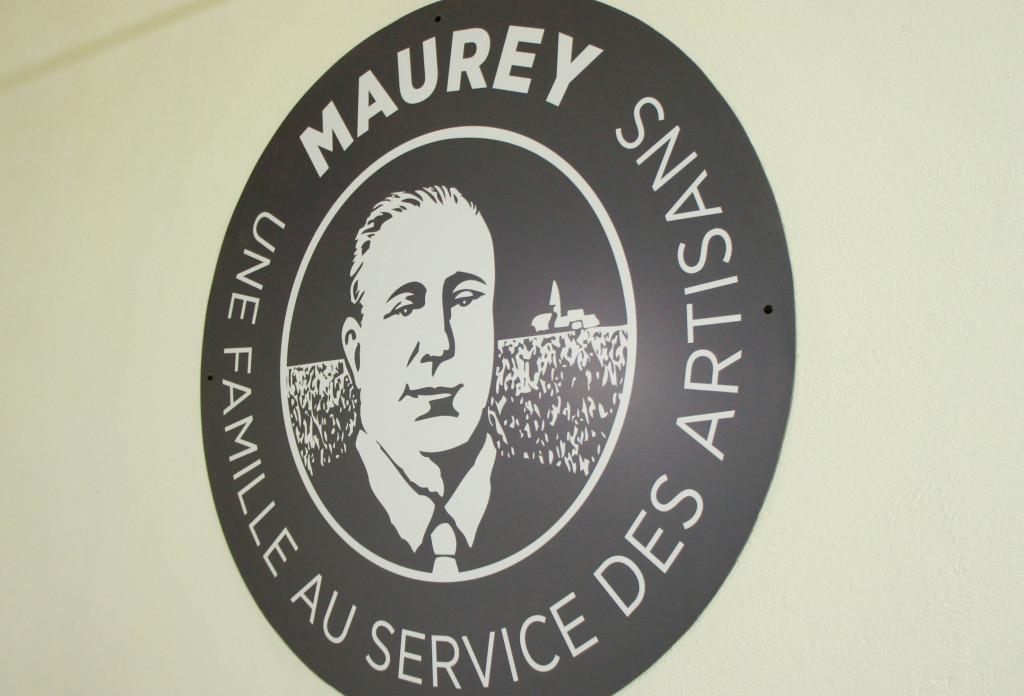 Un logo mettant en avant la famille Maurey et son engagement au service des artisans a été créé et est repris sur la plupart des éléments de communication.