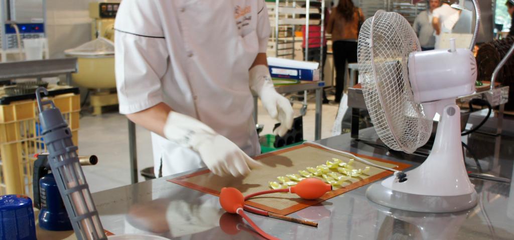 Toute la journée, Jérôme Le Teuff (chef pâtissier chez Stéphane Glacier) présente son savoir-faire en fabriquant des pièces artistiques en sucre. A côté de lui, Bernard Darrigues et Mickaël Morieux concoctent des spécialités basques (gâteau basque, brioches, sablés...). Une belle façon de mettre en avant le fait que les terroirs ont pleinement leur place en boulangerie artisanale : c'est en effet une bonne façon pour les artisans de se différencier les uns des autres. A partir de 17h, l'ambiance est plus conviviale encore avec la présence de démonstrations réalisées par Executive Traiteur (cuisine moléculaire, plancha négative...).