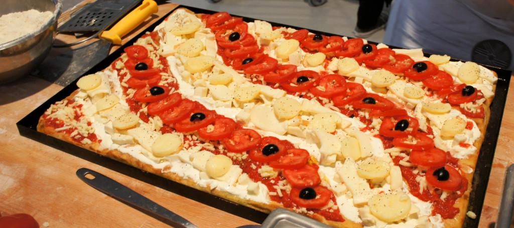 """Les Moulins de Chars viennent de mettre au point des produits spécifiques pour la réalisation de pâtes à pizza en toute simplicité. Ce travail a été réalisé en partenariat avec Thierry Graffagnino, champion du monde de Pizza en 2011 et 2012. Jusqu'alors, ce professionnel réalisait son propre mélange de trois farines. Il a ainsi apporté son savoir-faire et son réseau. Ainsi, ses recettes seront proposées aux clients des Moulins de Chars : """"Teglias"""" à la part ou au mètre, Classica ou encore Piadines... à chaque fois, ce sont des pâtes légères et moelleuses qui sont recherchées. Un nouveau segment s'ouvre pour l'entreprise, avec à terme la vente de ces solutions aux artisans pizzaolos."""