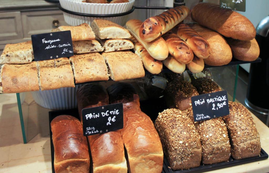 L'essentiel de la gamme de pains est regroupé ici. Réalisés à partir des farines des Moulins Bourgeois, ils présentent chacun leur spécificité : le pain de mie, très moelleux, se rapproche de la brioche, tandis que la fougasse olive-cumin séduit par la saveur subtile des Taggiasche associée à la vivacité du cumin... Viennoises et pain cacao complètent la gamme.