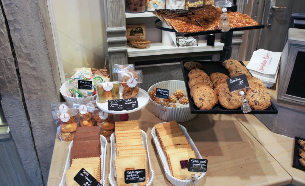 """Les sablés représentent une véritable """"signature"""" chez Joséphine Bakery. Nature, au chocolat, garnis de confiture d'abricot ou de framboise, au gingembre... Ils s'invitent même en fond de tarte ! Les madeleines et financiers ne sont pas en reste, et offrent un moelleux remarquable."""