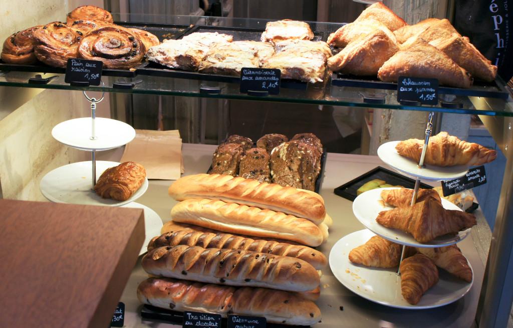 La gamme de viennoiserie s'est resserrée au fil des mois. On y retrouve des classiques, très étudiés et travaillés. Chausson à la compote de pomme maison, croissants, pains au chocolat... Leur caractéristique ? Un goût de beurre bien présent : 1/3 de leur pâte en est constitué. Un parti-pris de l'artisan, qui exprime bien ses origines bretonnes. On appréciera également le travail sur la base du même levain naturel que pour le pain, avec un temps de fermentation de 3 jours... pour un résultat savoureux et croustillant !