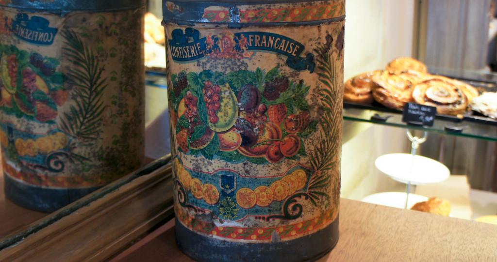 La boutique est remplie de détails qui nous renvoient à un univers doucement désuet et charmant. Ici, une boite de confiseries en fer, décorée avec soin.