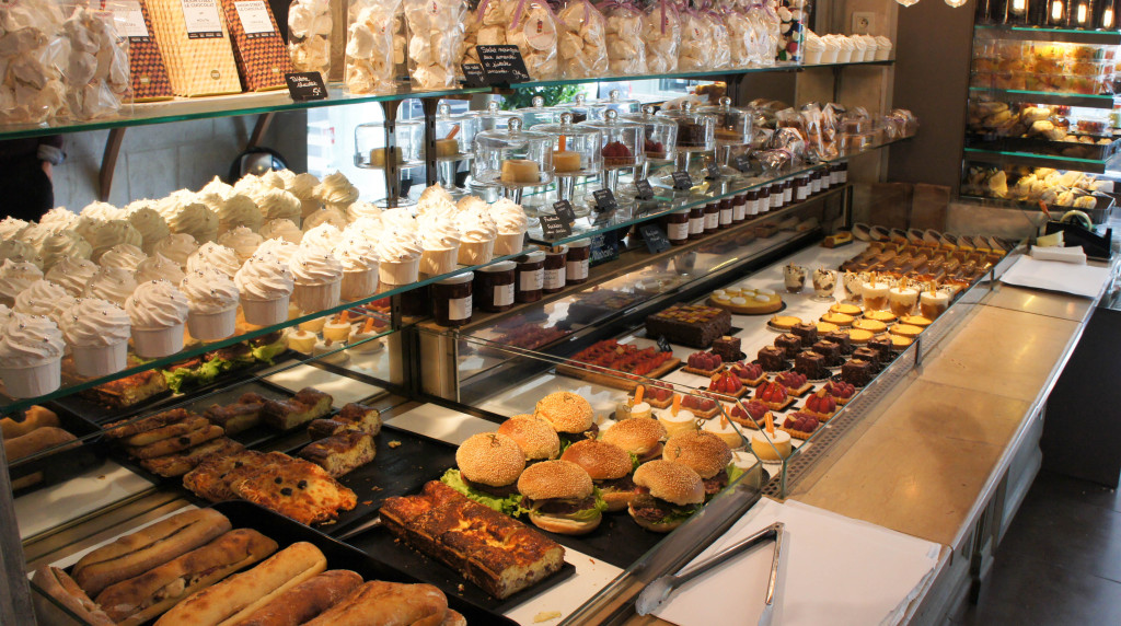 Au premier plan, les meringues en forme de cupcakes attirent l'oeil. Ce qui devait être un simple produit de décoration est rapidement devenu un best-seller. C'est d'autant plus amusant que Benoît Castel avait mis au point cette idée pour faire un pied de nez aux cupcakes, meringues et macarons qu'il ne souhaitait pas proposer chez Joséphine Bakery. Au déjeuner, quiches, pizzas et autres burgers rencontrent un certain succès... tout comme les pâtisseries, le coeur de métier de notre artisan. Cheesecake et sa pipette de coulis de fruit, tartes variées (au citron frais, aux fruits de saison...), Petit Pralin, clafoutis et autres flans ou fars bretons... De la simplicité mais beaucoup de goût, à des tarifs raisonnables compte tenu de la qualité.