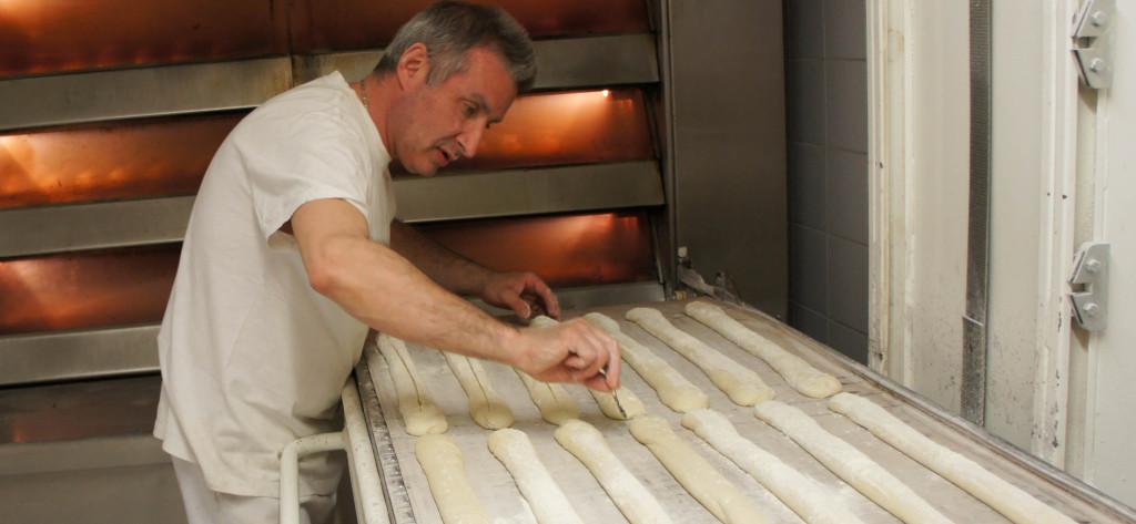 Une étape essentielle avant l'enfournement des baguettes : le lamage. Une opération que Didier Marchand réalise près de 600 fois dans une journée, puisque c'est le volume de baguettes produit ici, sandwiches y compris.