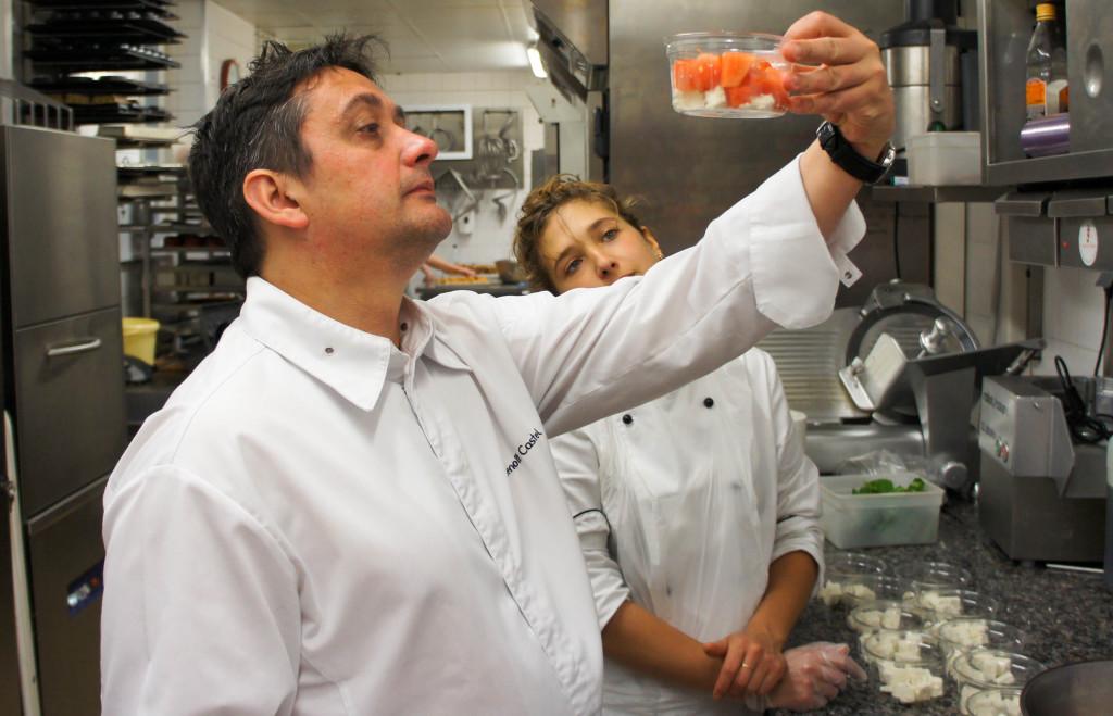 Non, Benoît Castel et Marie n'admirent pas une oeuvre d'art mais s'assurent de la pertinence de l'assemblage d'une salade. Au quotidien, les recettes sont remises en question pour tenter de faire toujours plus savoureux.