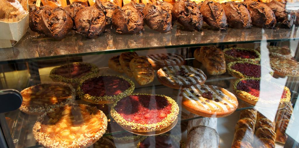 """Ces """"tartes briochées"""" se révèlent être de redoutables gourmandises : la déclinaison fruits rouges associe la douceur moelleuse du fond de pâte à la fraicheur des fruits, pour un résultat addictif. Les déclinaisons aux fruits jaunes ou pistache-griotte ne sont pas en reste. L'idée est excellente, car ce sont des produits simples, accessibles et très savoureux."""