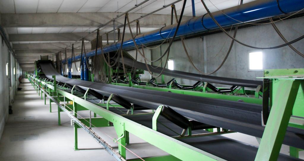 Au dessus des silos, les machines se chargent d'acheminer le grain et de remplir.