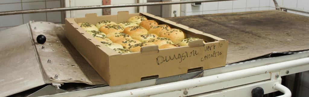 Même si Gontran Cherrier n'est plus impliqué directement dans le domaine de la restauration, il continue à y contribuer en apportant ses pains aromatiques. Ainsi, de nombreux restaurant parisiens ont fait appel à lui pour leur fournir des produits. Ici, un carton de buns jus de roquette-graines de courge en partance pour le Drugstore Publicis.