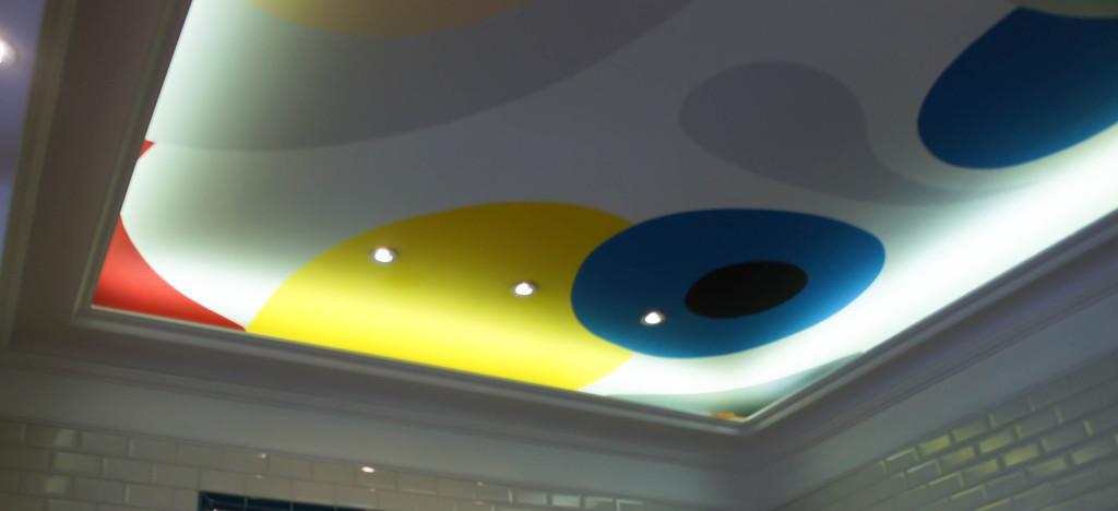 Si il y a bien une signature que l'on retrouve dans l'ensemble des boutiques de Gontran Cherrier, c'est ce plafond : multicolore, lumineux, il reflète bien l'état d'esprit de l'artisan qui ne s'inscrit pas dans des codes et conventions dépassés, mais se plaît au contraire à chahuter les habitudes.