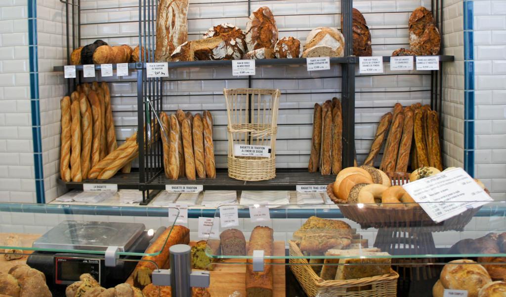 Chez Gontran Cherrier, les cultures et saveurs se croisent, se rencontrent, s'entrechoquent. L'offre de pains rassemble ainsi des saveurs d'ici - baguette de Tradition, pain de campagne, ... - et d'ailleurs - miso, curry, muscade, poivre... beaucoup d'épices des 4 coins du monde, mais aussi des spécialités comme le bagel ou le bun. Beaucoup de produits sont vendus au poids, ce qui permet à chacun de choisir sa quantité et de goûter, picorer, pour découvrir l'univers gourmand de Gontran Cherrier.