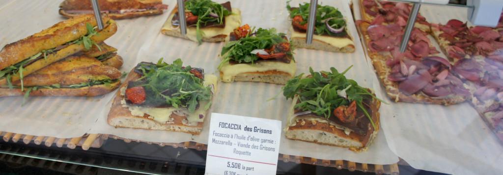 """Même si tous les pains sont proposés """"nature"""", Gontran Cherrier n'en propose pas moins ses propres recettes réalisées sur place par ses ouvriers. Sandwiches sur base de baguette (de Tradition, mais aussi Céréales-Curry), focaccias garnies... les propositions ne manquent pas."""